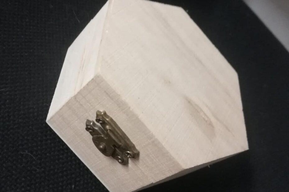 Дървена кутия за бижута.Осмоъгърна форма..
